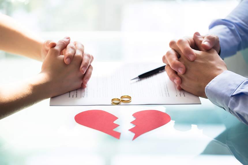 Mann und Frau sitzen am Tisch mit gebrochenem Herz